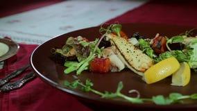 Il piatto al ristorante video d archivio