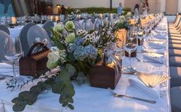 Il piatto all'aperto ha messo sulla tavola con la decorazione dei fiori Fotografie Stock