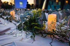 Il piatto all'aperto ha messo sulla tavola con la decorazione dei fiori Fotografie Stock Libere da Diritti