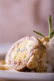 Il piatto bianco sul bordo di legno blu con la parte di polpettoni ha riempito dall'uovo Immagine Stock