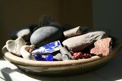 Il piatto ceramico delle terraglie ha riempito di porcellana, i marmi, bacche delle coperture delle rocce Immagini Stock Libere da Diritti