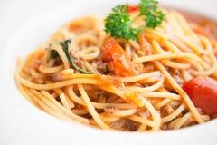 Il piatto degli spaghetti italiani ha completato con un pomodoro e una carne tritata saporiti immagine stock libera da diritti
