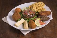 Il piatto dei Tapas brasiliani è servito in un piatto immagine stock