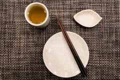 Il piatto del piatto con il bastoncino e la tazza di tè Fotografie Stock Libere da Diritti