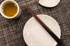 Il piatto del piatto con il bastoncino e la tazza di tè Fotografia Stock Libera da Diritti