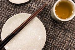 Il piatto del piatto con il bastoncino e la tazza di tè Fotografia Stock