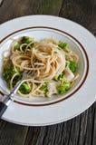 Il piatto di linguine con il pollo, i broccoli ed Alfredo sauce Immagine Stock Libera da Diritti
