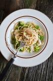 Il piatto di linguine con il pollo, i broccoli ed Alfredo sauce Immagini Stock