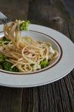 Il piatto di linguine con il pollo, i broccoli ed Alfredo sauce Fotografie Stock Libere da Diritti