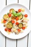 Il piatto di pasta con il pomodoro e lo zucchini sauce Fotografia Stock Libera da Diritti