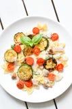Il piatto di pasta con il pomodoro e lo zucchini sauce Fotografia Stock