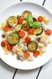 Il piatto di pasta con il pomodoro e lo zucchini sauce Immagini Stock Libere da Diritti