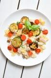 Il piatto di pasta con il pomodoro e lo zucchini sauce Immagine Stock