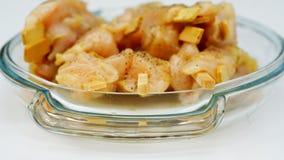 Il piatto di vetro con il pollo sazia Fotografie Stock