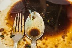Il piatto finito sporco e vuoto con la forchetta ed il cucchiaio da essere pulisce fotografie stock libere da diritti