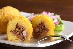 Il piatto peruviano ha chiamato Papa Rellena (patata farcita) Fotografia Stock