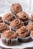 Il piatto in pieno con la tazza del cioccolato agglutina e con la crema del cioccolato del ganache Fotografie Stock Libere da Diritti