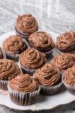 Il piatto in pieno con la tazza del cioccolato agglutina e con la crema del cioccolato del ganache Immagini Stock