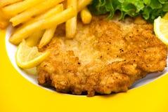 Il piatto in pieno di carne - i tagli crunchy del vitello immagini stock libere da diritti