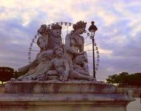 Il piazza de la Concorde con la grande ruota Roue grande a Parigi, obelisco, la scultura ed il giardino di Tuileries a Parigi, Fr immagine stock