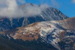 Il picco del Butte e degli alberi Crested Mt Dilemma che alza da dietro le nuvole basse vicino a Breckenridge, Colorado fotografia stock libera da diritti