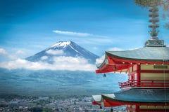 Il picco del Butte e degli alberi Crested Mt Fuji fra la nuvola con la pagoda di Chureito nella s fotografia stock