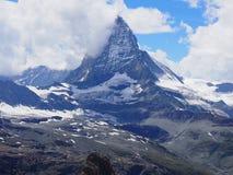 Il picco del Cervino in nuvole e la gamma di montagne alpina abbelliscono in alpi svizzere vedute da Gornergrat in SVIZZERA Immagini Stock Libere da Diritti