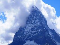 Il picco del Cervino in nuvole e la gamma di montagne alpina abbelliscono in alpi svizzere vedute da Gornergrat in SVIZZERA Fotografie Stock Libere da Diritti