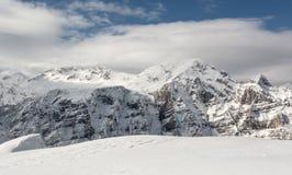 Il picco della montagna nascosto in nuvola Immagini Stock