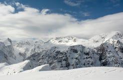 Il picco della montagna nascosto in nuvola Fotografie Stock