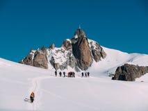 Il picco di Aiguille du Midi; in priorità alta un il gruppo di alpinisti Fotografia Stock Libera da Diritti