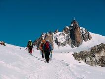 Il picco di Aiguille du Midi; in priorità alta un il gruppo di alpinisti Fotografia Stock
