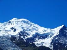 Il picco di MONT BLANC ed il ghiacciaio della gamma di montagne alpina abbelliscono nelle alpi del francese di bellezza Immagini Stock Libere da Diritti