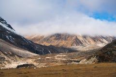 Il picco di montagna dell'annuvolamento e della foschia abbellisce la vista ad ALLO ZERO ASSOLUTO Fotografia Stock Libera da Diritti