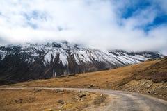 Il picco di montagna dell'annuvolamento e della foschia abbellisce la vista ad ALLO ZERO ASSOLUTO, Fotografia Stock