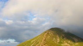 Il picco di più alta montagna ha coperto le nuvole archivi video