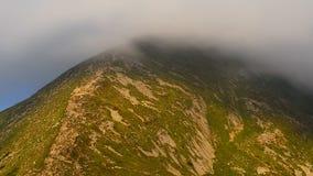 Il picco di più alta montagna ha coperto le nuvole video d archivio