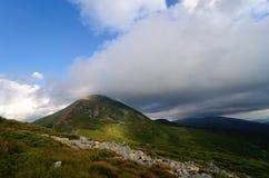Il picco di più alta montagna ha coperto le nuvole Fotografie Stock Libere da Diritti