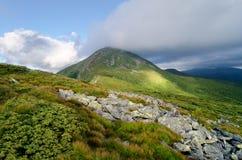 Il picco di più alta montagna ha coperto le nuvole Fotografia Stock