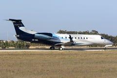 Il piccolo aereo di linea prepara per decolla Immagine Stock