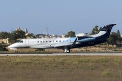 Il piccolo aereo di linea prepara per decolla Fotografie Stock Libere da Diritti