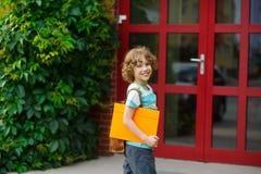 Il piccolo allievo su un cortile della scuola Immagine Stock