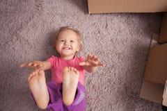 Il piccolo bambino allegro sta facendo il divertimento in casa Fotografia Stock