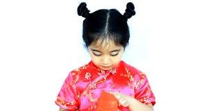 Il piccolo bambino cinese asiatico felice sorprendente con rosso avvolge video d archivio