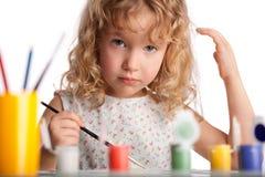 Il piccolo bambino felice estrae la pittura Fotografie Stock Libere da Diritti