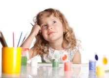 Il piccolo bambino felice estrae la pittura Immagine Stock