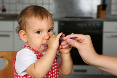 Il piccolo bambino ha fame Immagini Stock