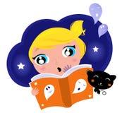 Il piccolo bambino ha timore quando legge la storia. Fotografia Stock