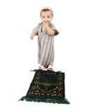 Il piccolo bambino musulmano sta pregando Immagini Stock