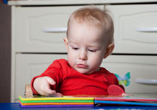 Il piccolo bambino o un bambino del bambino che gioca con il puzzle modella su un lo Fotografia Stock Libera da Diritti